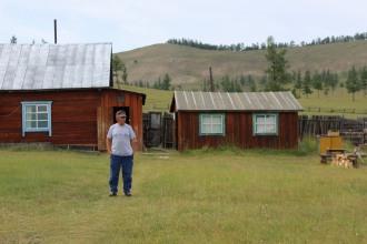 Bolod davanti a una casetta tradizionale.