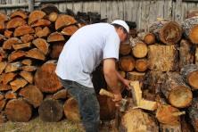 Un buriate del luogo taglia la legna.