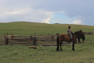 Bambino nomade a cavallo.