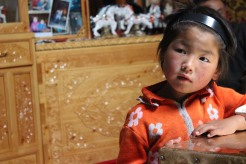 Bambino mongolo in una gher.