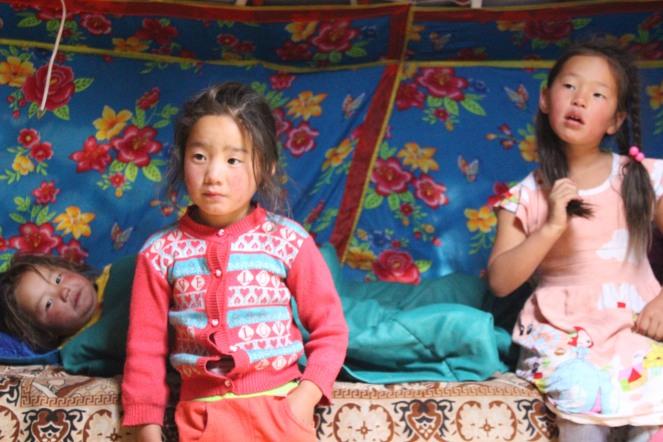 Bambini mongoli in una gher.