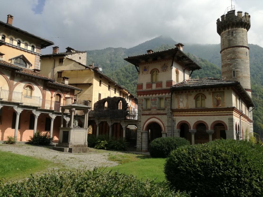 il castello di Rosazza con la sua merlatura guelfa.jpg