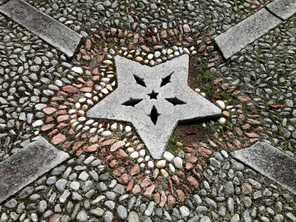 la stella a cinque punte ricorre sul sagrato della chiesa.jpg