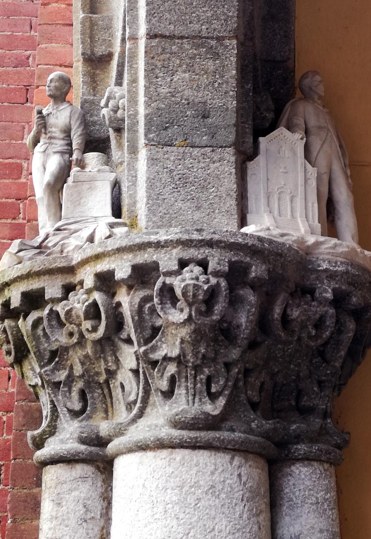 un capitello raffigura Federico Rosazza (a destra) e uno scalpellino (a sinistra).jpg