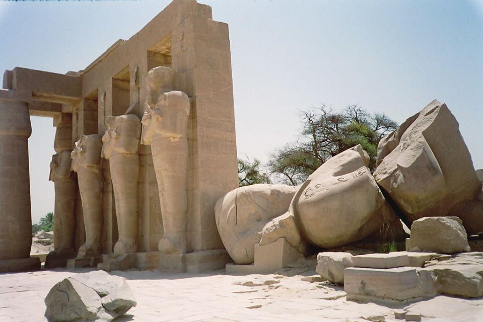 Il colosso di Ozymandias presso il Ramesseum di Ramses II Necropoli di Tebe